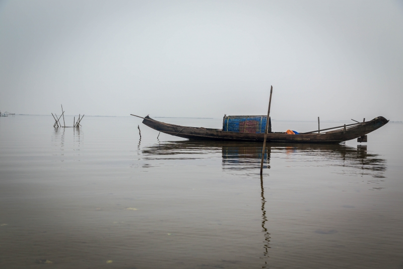 vietnamese wooden boat with horizon original.jpg