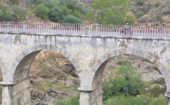 Petra cycling over the Mertola bridge